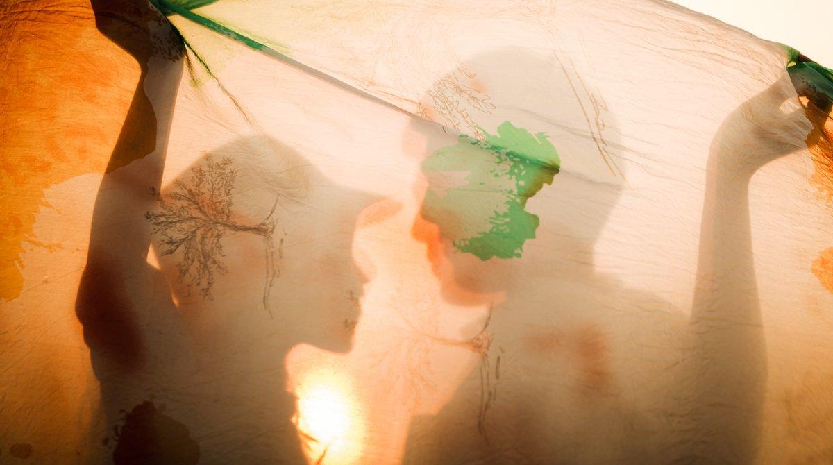 """""""Tout ce que tu as toujours voulu savoir sur l'amour (et que le collège devrait te dire)"""", Okapi n°1063, 1er mars 2018. Texte: Peggy Frey - Photo : © Woottigon_angworakul-Stock.adobe.com"""