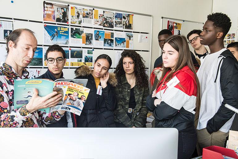 Locaux Montrouge Bayard Jeunesse - la rédaction du magazine Phosphore avec des lycées visiteurs