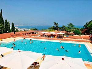 Plonger dans la piscine après les visites.