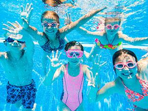 Les enfants aimeront plonger dans la piscine superbe après les visites.