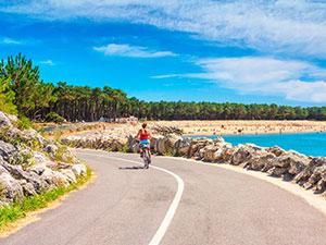 Les parents aimeront l'excursion à vélo le long des dunes