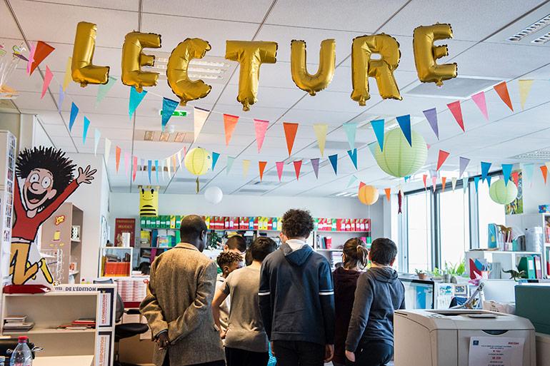Locaux Montrouge Bayard Jeunesse - plateau lecture avec des visiteurs