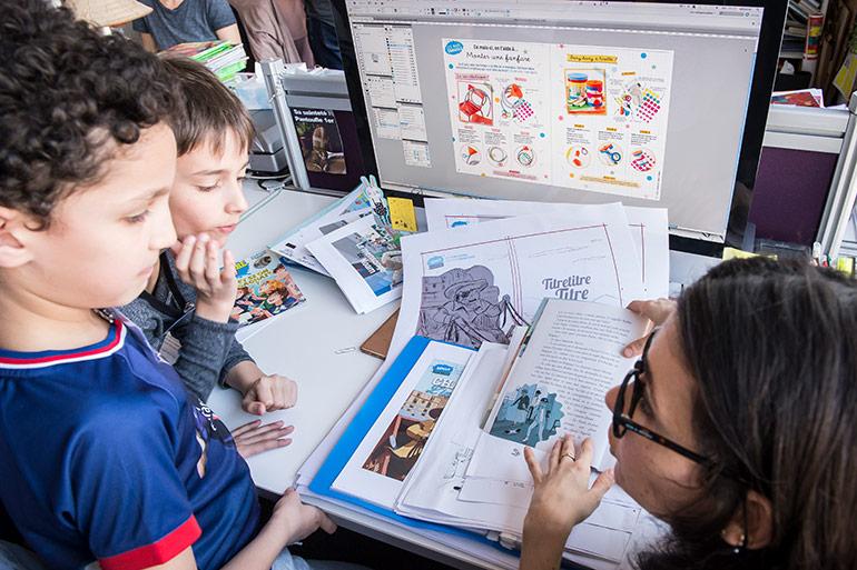 Locaux Montrouge Bayard Jeunesse - la SR du plateau lecture explique son métier à des enfants visiteurs