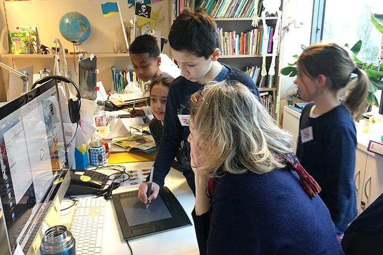 Locaux Montrouge Bayard Jeunesse - la directrice artistique du magazine Youpi explique son travail à des enfants visiteurs