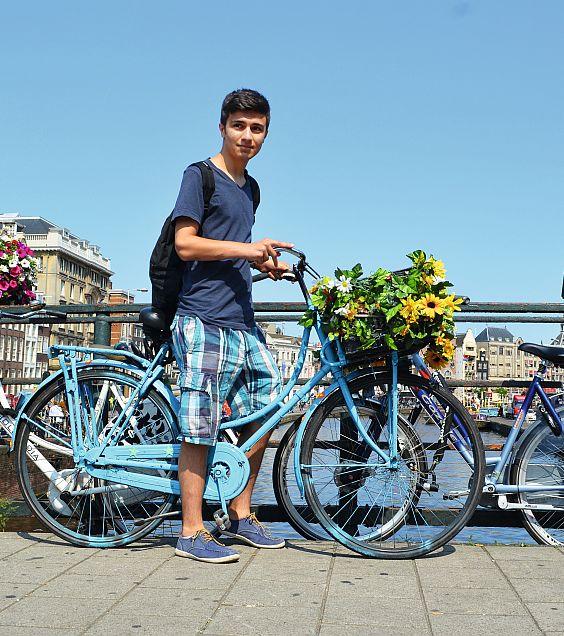 © UCPA - Adolescent et son vélo fleuri au bord d'un canal en Hollande