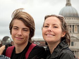 Selfie d'une mère et son fils devant un monument de Londres