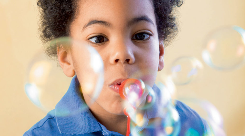 """Des expériences scientifiques : """"C'est quoi le secret des bulles ?"""" sur le site du magazine Youpi."""