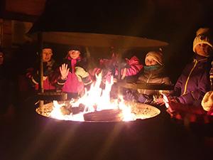 Les parents aimeront les veillées en famille autour d'un feu