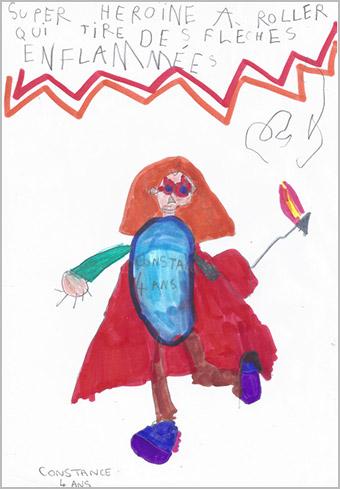 Constance, 4 ans, Super héroïne à rollers qui tire des flèches enflammées