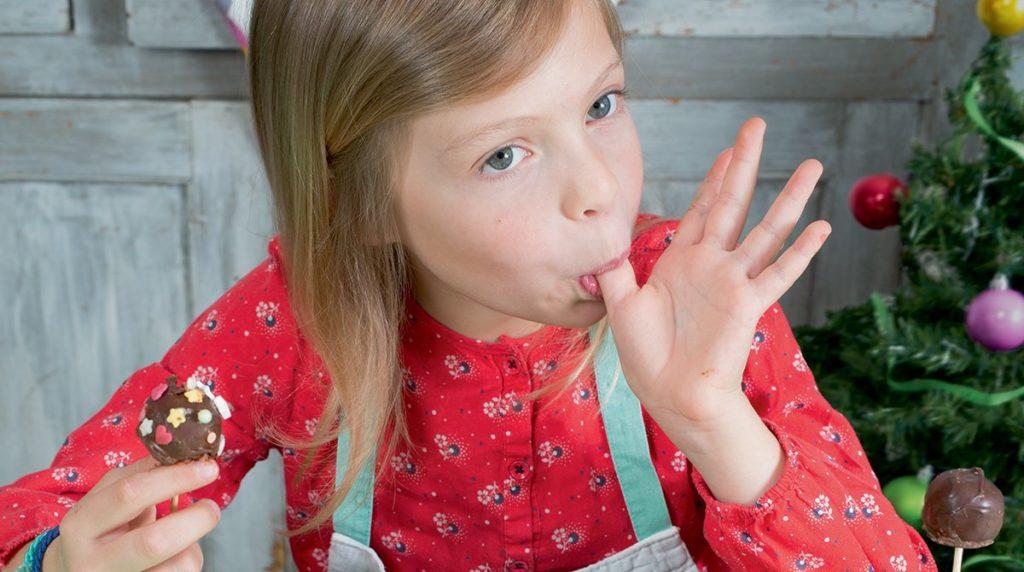 """Chouette recette : """"Les choco-boules à croquer"""", Les Belles Histoires n°576, décembre 2020. Recette : Anne Chiumino. Photos : Isabelle Franciosa. Illustrations : Hélène Chétaud."""