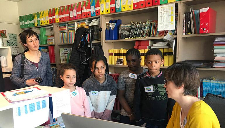 Une classe de primaire dans une rédaction de Bayard Jeunesse