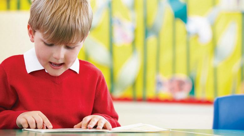 Pourquoi mon enfant ânonne-t-il encore alors que les autres lisent très bien?