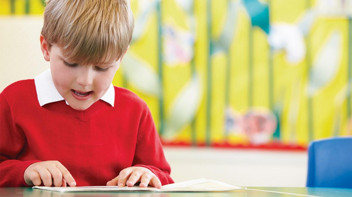 Pourquoi mon enfant ânonne-t-il encore alors que les autres lisent très bien ?