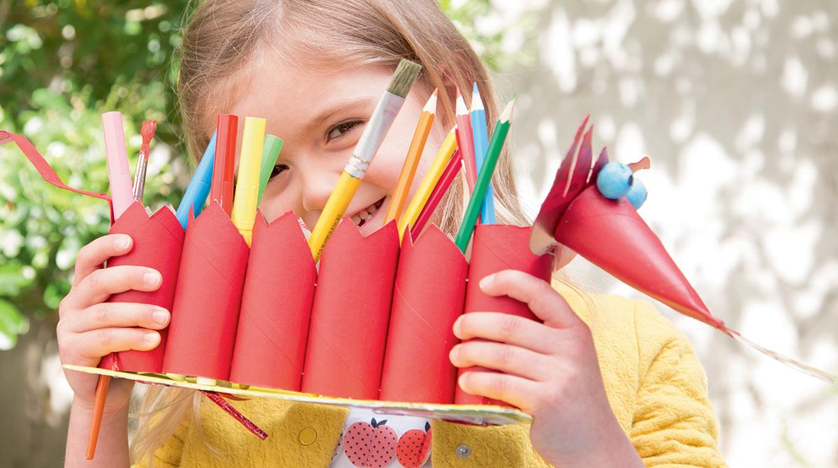 """Bricolage rigolo : """"Le dragon-crayons"""", Les Belles Histoires n°573, septembre 2020. Bricolage : Anne Chiumino. Photos : Isabelle Franciosa. Illustrations : Hélène Chétaud."""